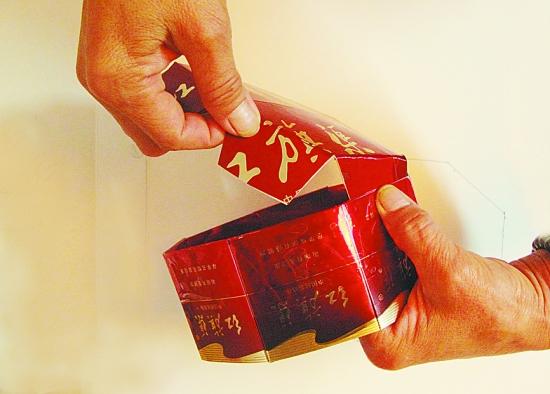 看出来这是什么了吗?一个阿姨用烟盒做得糖果盒!手够巧吧?红色的是石家庄的钻石烟,黄色的是贵州黄果树烟,都是硬盒的烟盒,连底都是同样的一条烟的烟盒,每个烟盒的图案都一样,还要把LOGO对在正中间,实在是费了心思,变废为宝,赞一个! 有网友询问怎么制作,描述一下,不知道能不能说得清,更多可能还要您自己去琢磨。 1,收集好一模一样的烟盒,要硬盒的,烟盒越漂亮做出来越好看。需要20个烟盒,一条烟的整个盒子。 2,里面拥有柔韧性的纸板围成一圈,长度要恰好能容得下10个烟盒的宽度,把10个烟盒分别粘在纸板的一圈。