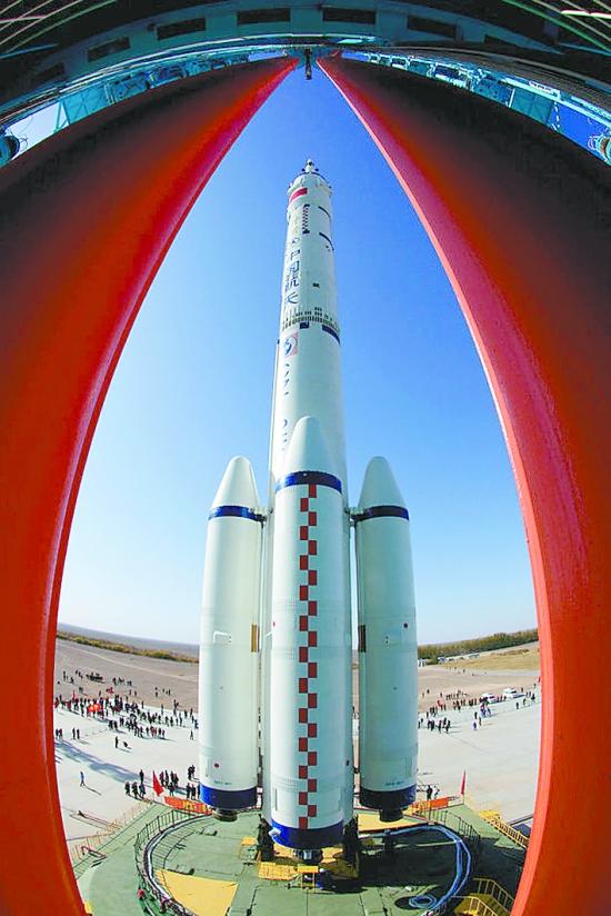 据新华社甘肃酒泉10月31日电 中国载人航天工程新闻发言人武平10月31日在酒泉卫星发射中心举行的新闻发布会上说,神舟八号虽然是无人飞行,但这次飞行将对未来的载人任务进行充分的技术验证和准备。 按照工程交会对接阶段的任务规划,2012年内将开展神舟九号、十号飞船与天宫一号的交会对接试验,其中至少有一次是载人飞行。 武平说,神舟八号飞船与神九、神十一样,都是按照载人要求设计的。神八上增加配置了图像记录设备和力学参数测量设备,能够记录下交会对接过程和飞船在飞行过程中的各种力学参数,有助于航天员地面训