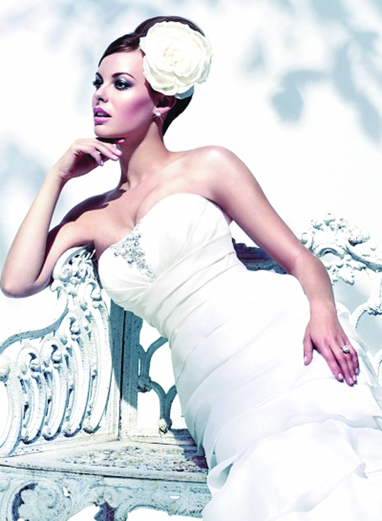 中式或西式的复古婚纱摄影风格,注重发型,饰品,服装及化妆风格;强调光