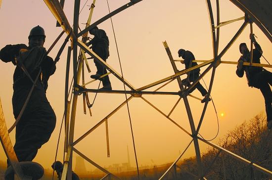本报通讯员 乔 桥 李晓光 孙 亚 摄影报道 12月22日9时,笔者跟随焦作供电公司光源输电分公司项目经理王同战前往110千伏方庄线施工工地。 路上,王同战说:这条线路总长5.5千米,其中有近3千米跨越山区,施工环境复杂,困难重重。 越野车顺着崎岖的山路颠簸了近一个小时就再也无法前行,大家只好步行前往。 30分钟后,大家终于来到了位于山顶的16号铁塔前。 山顶温度极低,雾气尚未完全散去,笔者看到几名施工人员正在10多米高的铁塔上紧张地工作着。施工负责人任森说:为了早日完成工程,我们租了附近老乡的房子,