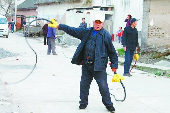 本报记者 杨 帆 在孟州市西虢镇戍楼村的大街上,经常有一群老年人,手中甩动着大鞭噼啪作响在村里表演,鞭声引来众多村民驻足观看。这就是该村的老年人自发组织的舞鞭健身队。 这支老年舞鞭健身队,是该村七旬老人乔承祥在几年前倡导组织起来的。这个队伍中大龄者80多岁,最小的也60多岁了,他们中有退休教师、退休工人,也有在村里待了一辈子的老农。 据了解,乔承祥老人前几年身体不好,靠甩鞭子强健了身体。看到村子里还有许多和自己一样体弱的老年人,他就找来木棍当鞭把,寻来线绳做鞭子,自己动手在家编鞭子,半个月制作了十几