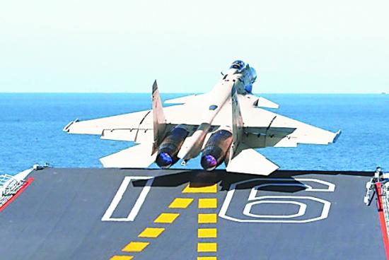 图为歼―15战斗机从辽宁号航母上起飞