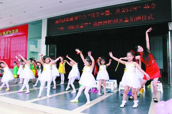 永威幼儿园为住院治疗的小朋友们表演节目