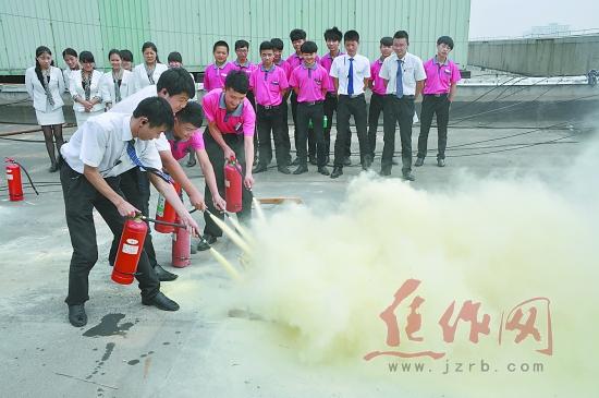 歌厅组织了安全应急救援演练活动,有效提高了娱乐场所对突发消防