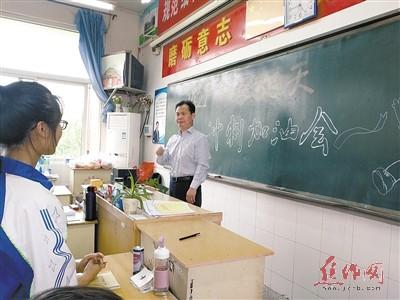 """校长刘高升到""""尖刀班""""为考生助威加油图片"""