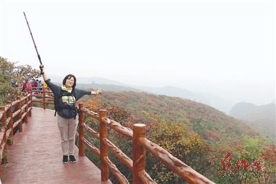 游客在青天河风景区拍照留念.本报记者 宁江东 摄